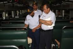 Petugas PT. KAI memeriksa penumpang Senja Utama Yogya